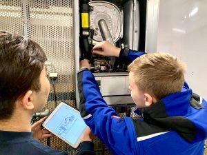 Junior Kundendiensttechniker bei Wartungsarbeiten an einer Therme