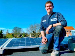 Junior Kundendiensttechniker Michael und die erfolgreich installierte Photovoltaikanlage