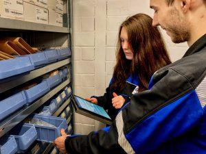 Büro und Außendienst im Team – Julia und Kundendiensttechniker Florian bei der gemeinsamen Lagerrestrukturierung