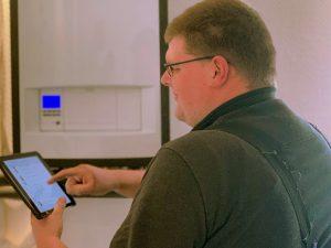 Senior Kundendiensttechniker Michael stellt eine Vaillant Wärmepumpe ein